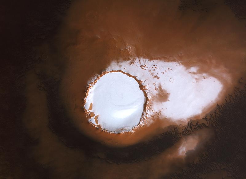Un cratère rempli de glace au pôle nord de Mars
