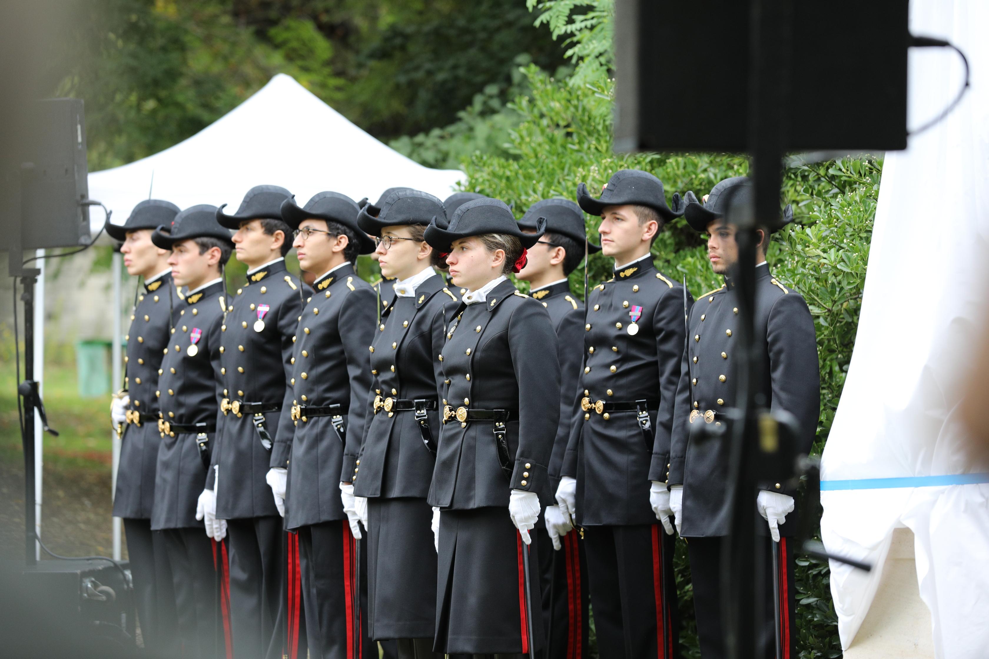 Un détachement de jeunes polytechniciens participait à la cérémonie.