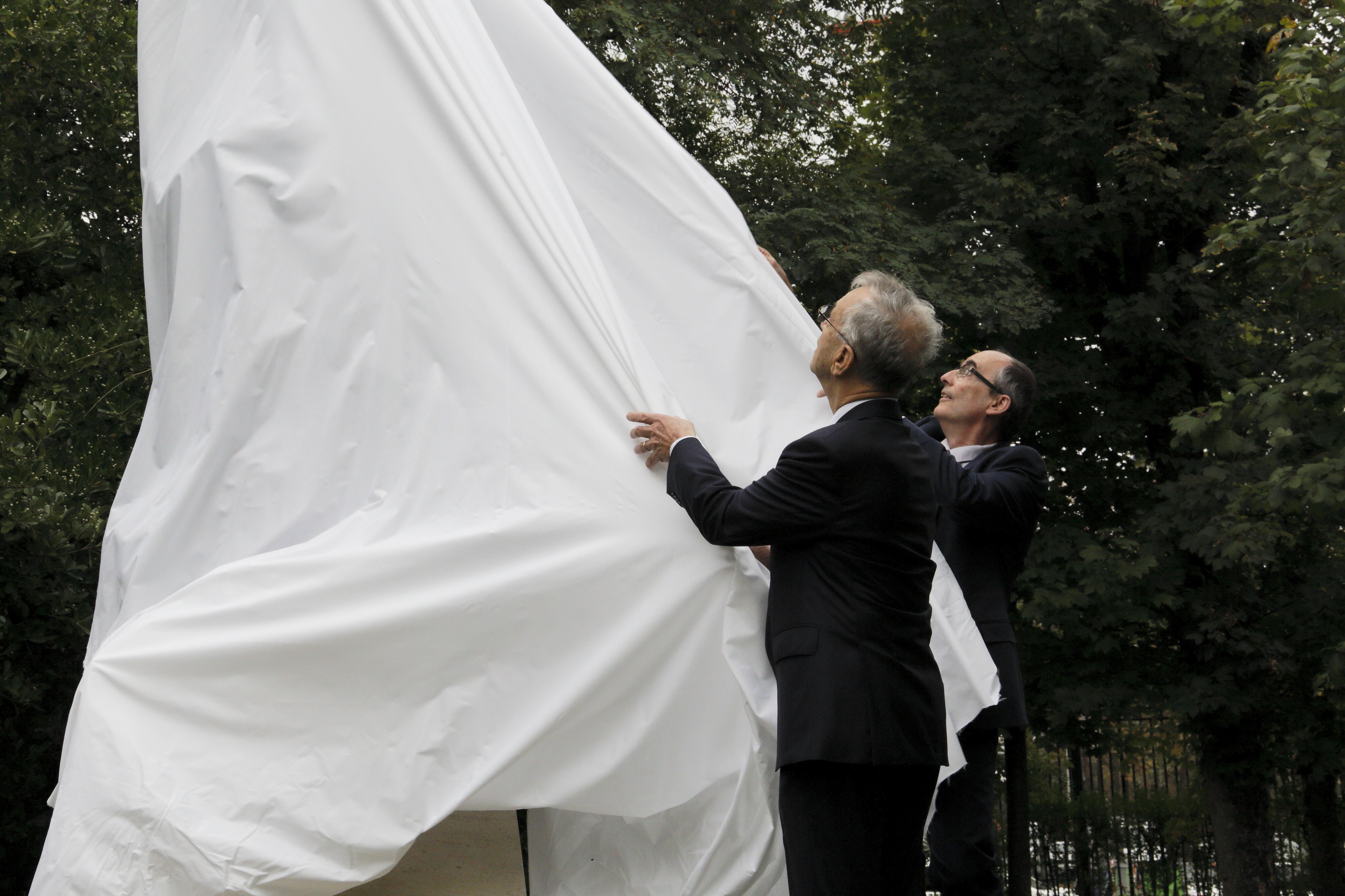 Claude Catala et Hubert Lévy-Lambert dévoilent la statue de Wim Delvoye. © Pascal Blonde, Observatoire de Paris