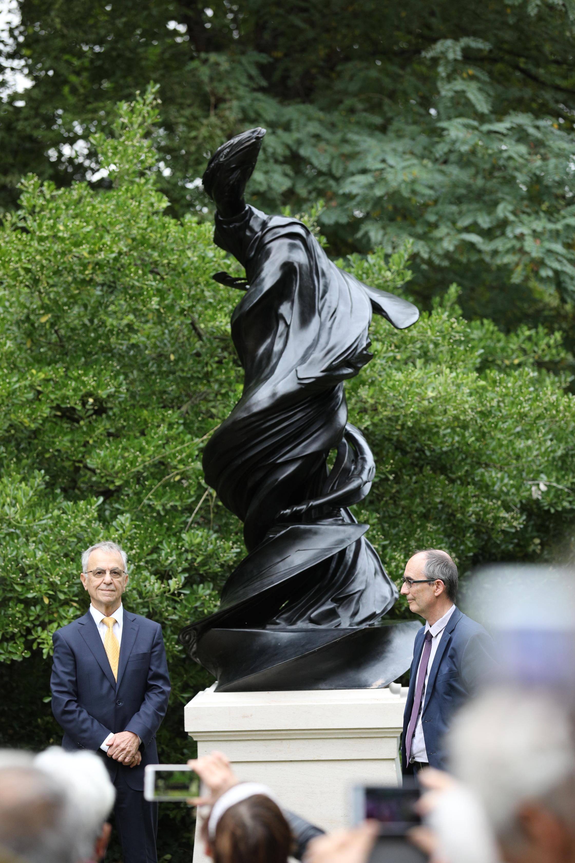 Claude Catala et Hubert Lévy-Lambert devant la statue dévoilée. © Jean Aboudarham, Observatoire de Paris