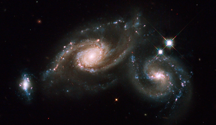 L'ensemble de trois galaxies Arp 274 - droits : NASA/ESA/M. Livio/Hubble Heritage Team (STScI/AURA)