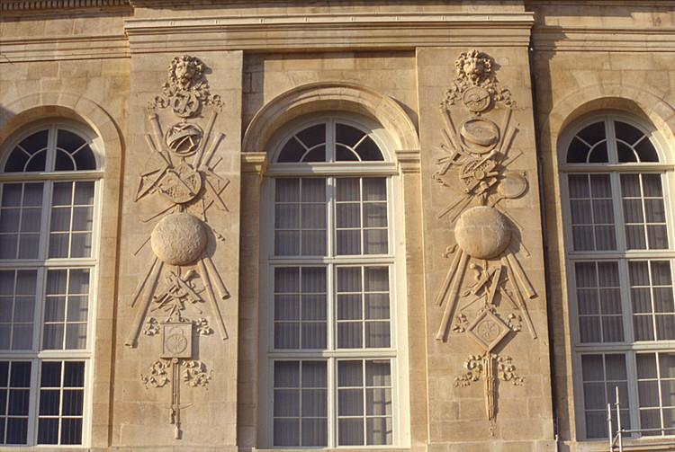 Bâtiment Perrault, façade sud, bas-reliefs de Temporiti - droits : Observatoire de Paris