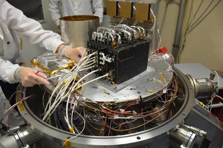 Testing an instrument for the Solar Orbiter probe - credits : Observatoire de Paris