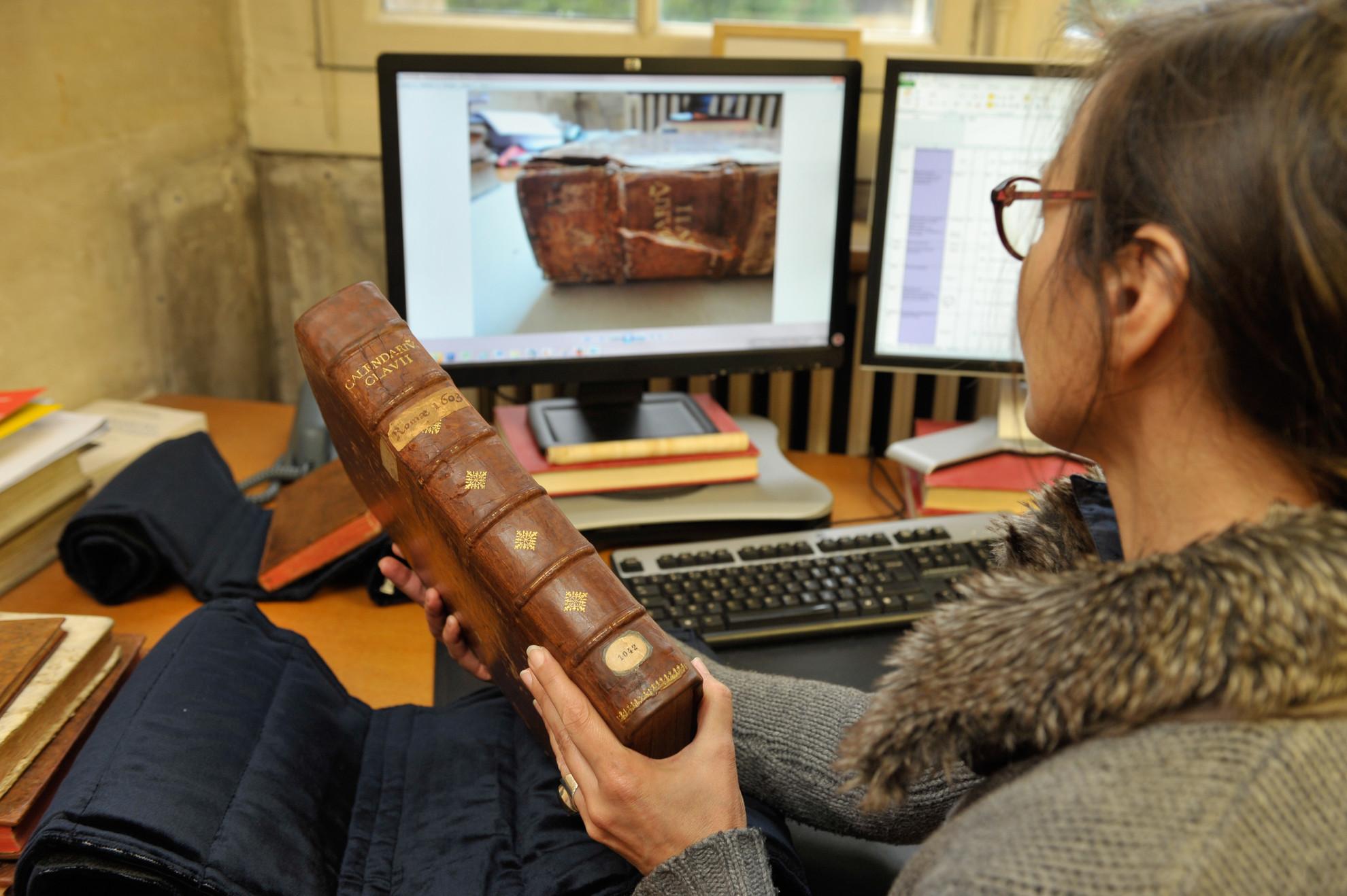 Examen d'un ouvrage ancien - Droits : Gil Lefauconnier