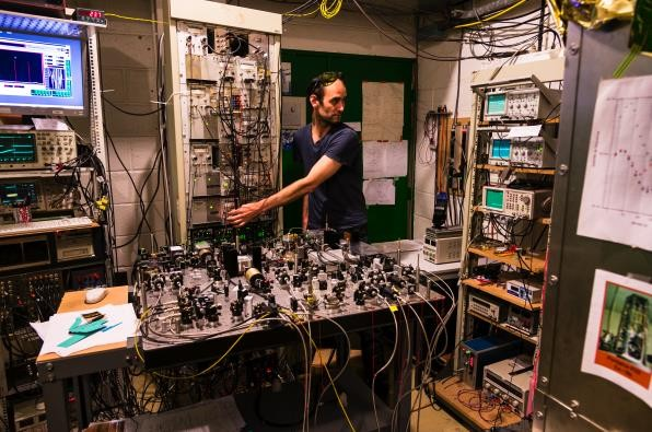 Dans un laboratoire de métrologie - Droits : Patrice Latron / Look at Science / Observatoire de Paris