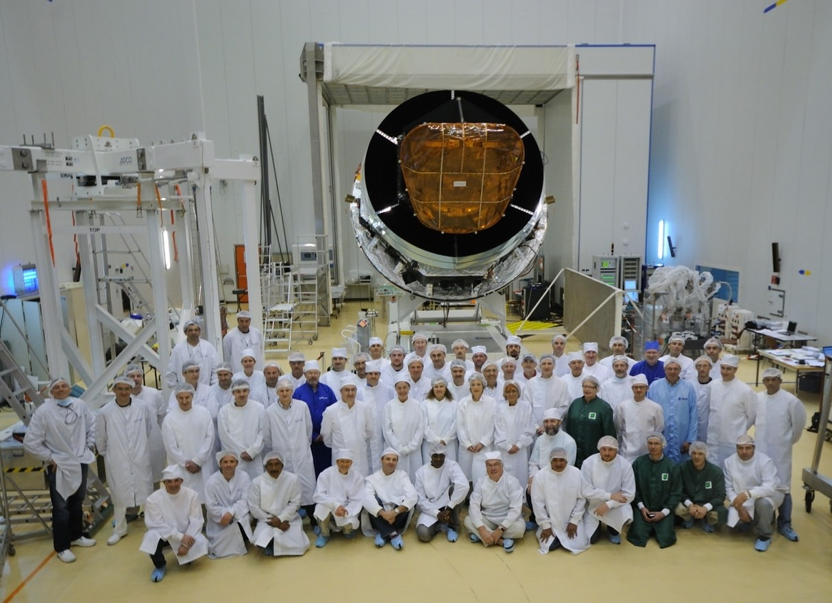 The Planck satellite and the integration team in Kourou